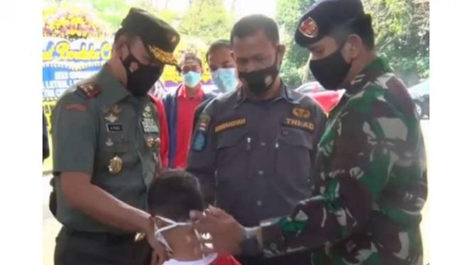 VIVA Militer: Danrem 061/Surya Kancana mengunjungi rumah korban KRI Nanggala 420