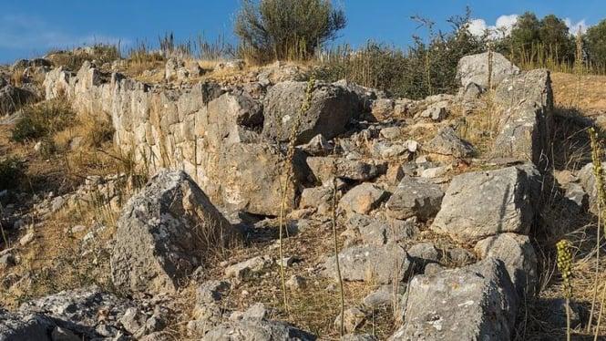 Tembok dan struktur tanah yunani.
