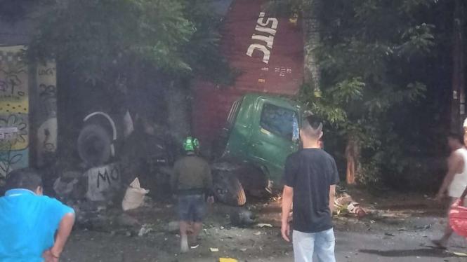 Truk jatuh dari jalan tol BSD ke jalan arteri, Tangerang Selatan.