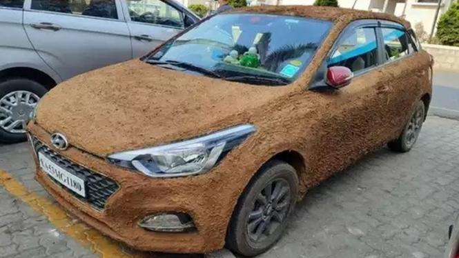 Hyundai i20 dibalur kotoran sapi.
