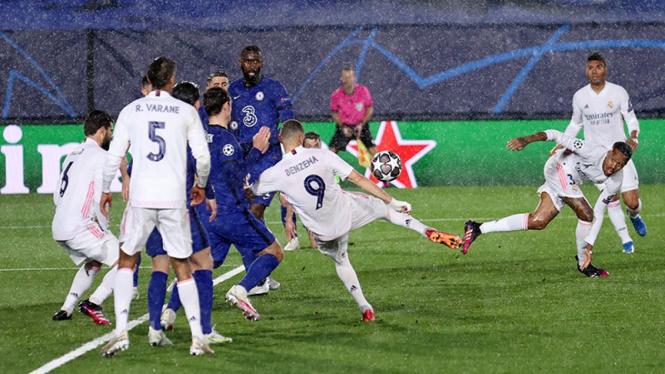Tendangan Karim Benzema saat bobol gawang Chelsea.