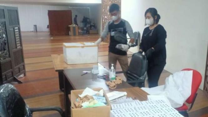 Polisi menggerebek satu gerai pelayanan rapid test antigen untuk deteksi dini COVID-19 di Bandara Kualanamu, Kabupaten Deli Serdang, Sumatera Utara, Selasa, 27 April 2021.