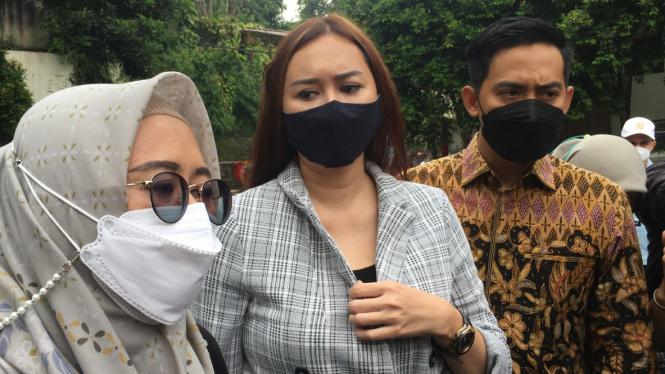 Aura Kasih (tengah) resmi bercerai pada Rabu 28 April 2021
