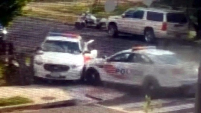 Polisi balapan pakai mobil patroli.