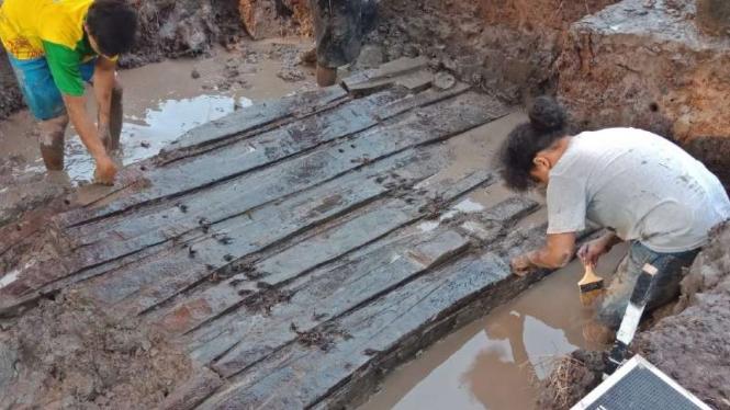 Tim peneliti pada Fakultas Ilmu Budaya Universitas Indonesia memeriksa temuan kapal kuno yang diperkirakan dibuat pada awal abad ke-16 di Desa Lambur, Kecamatan Muara Sabak Timur, Kabupaten Tanjung Jabung Timur, Provinsi Jambi.