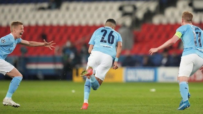 Pemain Manchester City, Riyad Mahrez merayakan gol
