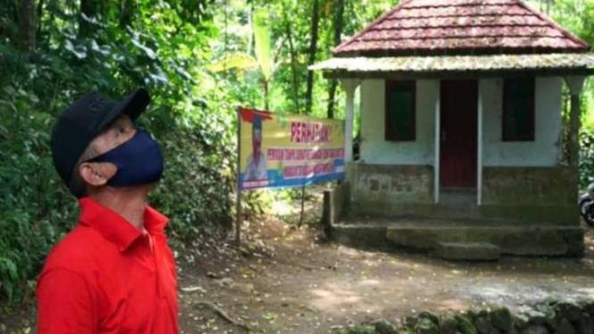 Anggota Satuan Tugas Jogo Tonggo saat memantau rumah karantina untuk warga yang nekat mudik di Desa Sidomulyo, Kecamatan Ampel, Kabupaten Boyolali, Jawa Tengah, Kamis, 29 April 2021.