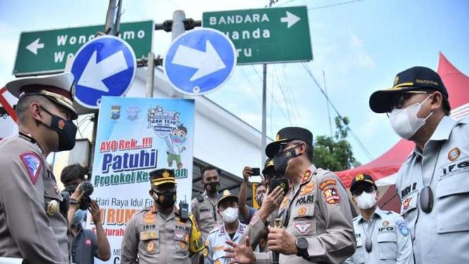 Kakorlantas Polri Irjen Pol Istiono mengecek titik penyekatan mudik di Jatim