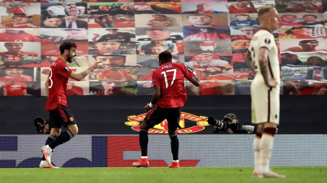 Pemain MU, Bruno Fernandes dan Fred merayakan gol ke gawang Roma