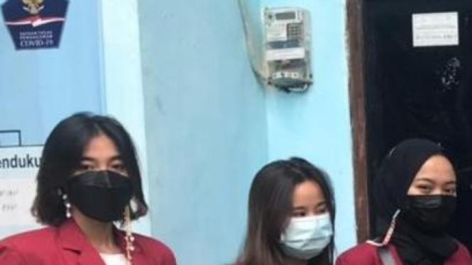 Foto Mahasiswa PMM-UMM dengan warga Kedungkandang dan Ketua RT setempat