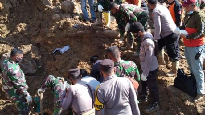 Aparat gabungan TNI, Polri, dan BPBD mengevakuasi beberapa orang yang tewas dalam bencana alam tanah longsor di kawasan proyek pembangunan PLTA Batang Toru, Kabupaten Tapanuli Selatan, Sumatera Utara, Jumat, 30 April 2021.