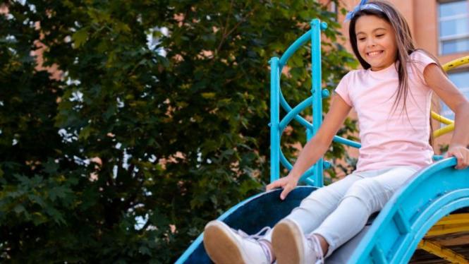 Anak bermain di playground.