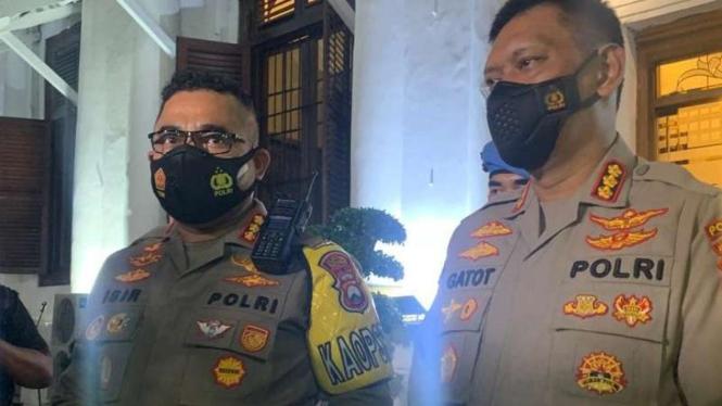 Kepala Kepolisian Resor Kota Surabaya Komisaris Besar Johnny Eddison Isir (kiri)
