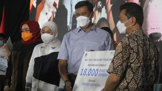 Penyerahan bantuan paket sembako kepada serikat pekerja