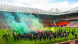Suporter Manchester United merangsek ke dalam Old Trafford