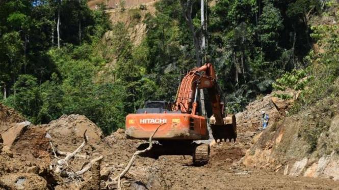 Tim SAR menggunakan alat berat mencari dua warga yang tertimbun material tanah longsor di kompleks proyek pembangunan PLTA Batang Toru, Kabupaten Tapanuli Selatan, Sumatera Utara, Minggu 3 Mei 2021.