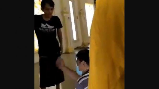 Viral pria diusir oleh pengurus masjid karena pakai masker saat salat.