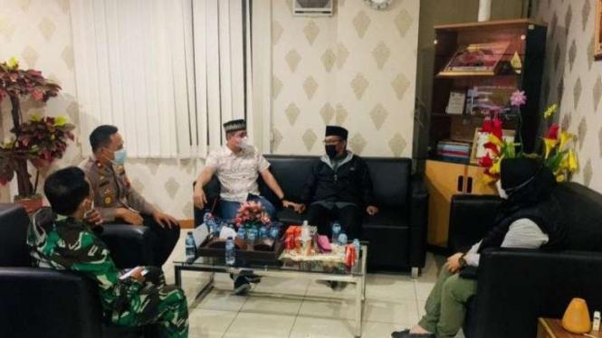 Polisi memediasi  dua pihak soal pengusiran jemaah memakai masker di masjid.