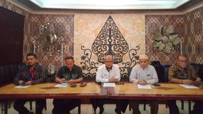 Ketua Lembaga Konsultasi Bantuan Hukum (LKBH) STIH Painan, Rohmatulloh (tengah)