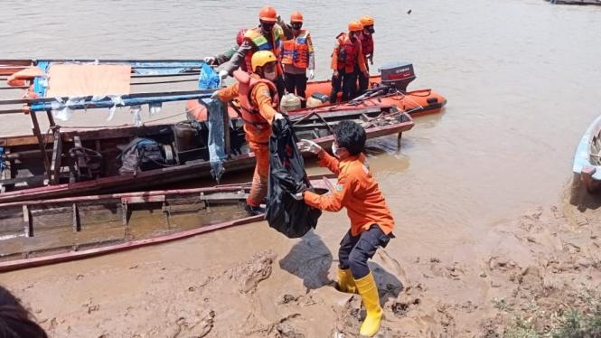 Tim SAR evakuasi jenazah korban longsor