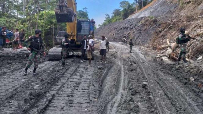 VIVA Militer: Prajurit Yonif 312/Kala Hitam melakukan penjagaan di Keerom, Papua