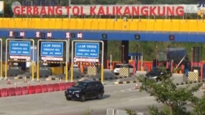 Mobil melintasi Gerbang Tol Kalikangkung, Semarang.