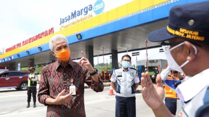 Gubernur Jateng Ganjar Pranowo saat mengecek penyekatan arus mudik.