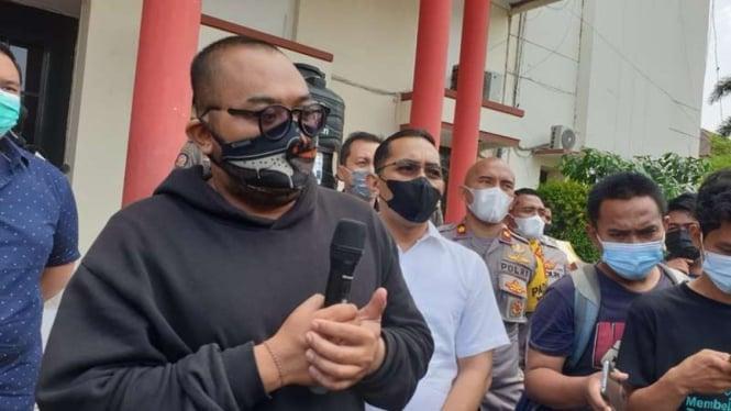 Putu Arimbawa meminta maaf di Mapolrestabes Surabaya.
