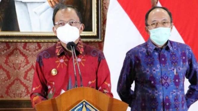 Gubernur Bali Wayan Koster (kiri) didampingi Kepala Dinas Kesehatan dr Ketut Suarjaya memberikan keterangan Bali yang meninggal terinfeksi positif COVID-19 dengan varian baru dari Afrika Selatan, Selasa, 4 Mei 2021.