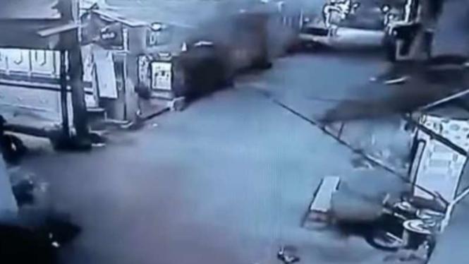 CCTV maling motor panik saat akan melarikan diri