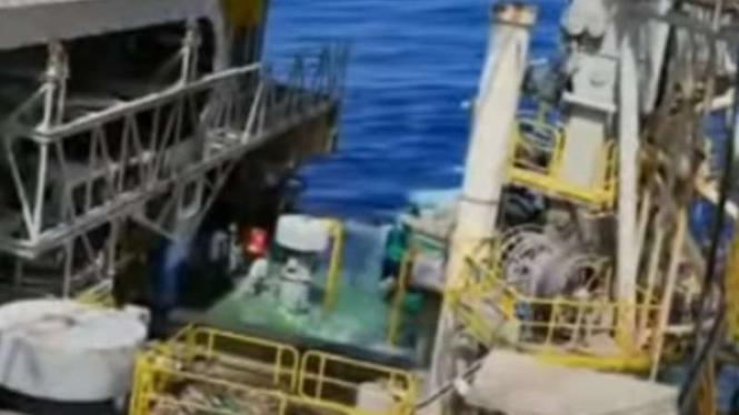 Ilustrasi Rig minyak lepas pantai tenggelam.