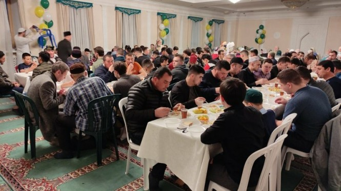 Suasana buka bersama umat muslim antar-negara di Rusia.