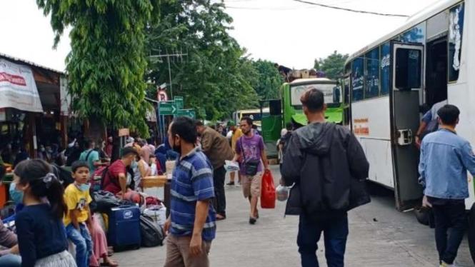 Terminal Kalideres ramai penumpang hari terakhir sebelum larangan mudik