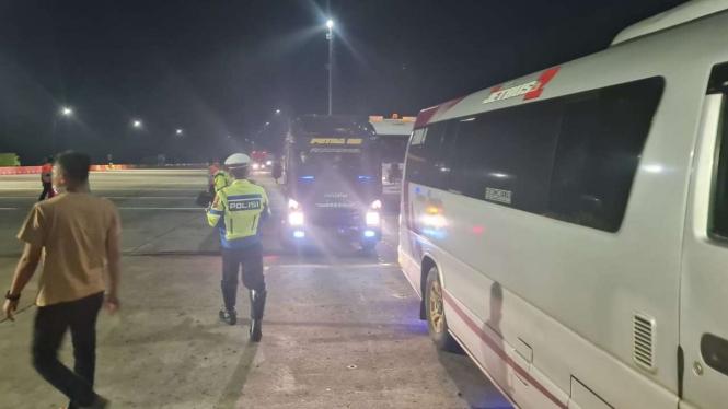 Mobil travel terjaring penyekatan di gerbang tol Kalikangkung, Jateng.