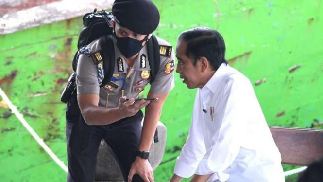 Presiden Jokowi Saat Menelepon Menteri PUPR Basuki Hadi Muljono