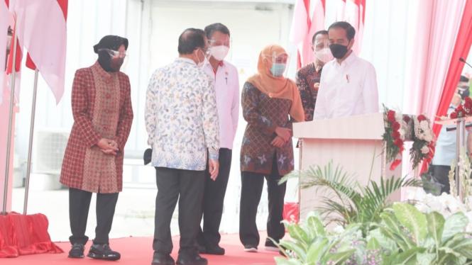 Menteri Sosial Tri Rismaharini, Menteri Energi dan Sumber Daya Mineral Arifin Tasrif, Gubernur Jawa Timur Khofifah Indar Parawansa, dan Wali Kota Surabaya Eri Cahyadi, serta pejabat terkait.