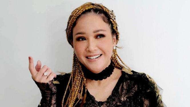 Maia Estianty dengan gaya rambut cornrow
