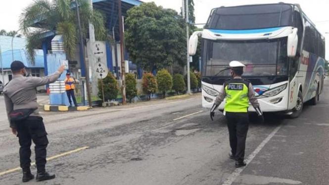 Polisi menghentikan laju bus di perbatasan Aceh dengan Sumatera Utara, di Aceh Tamiang, dalam operasi penyekatan kendaraan menyusul larangan mudik untuk pengendalian COVID-19, Kamis, 6 Mei 2021.
