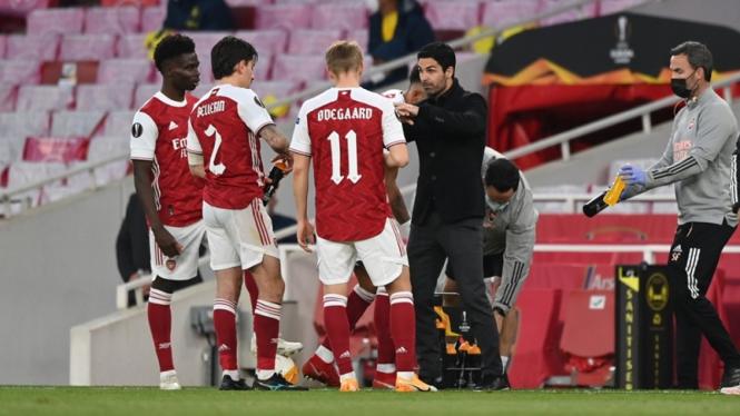 Mikel Arteta memimpin Arsenal saat melawan Villarreal