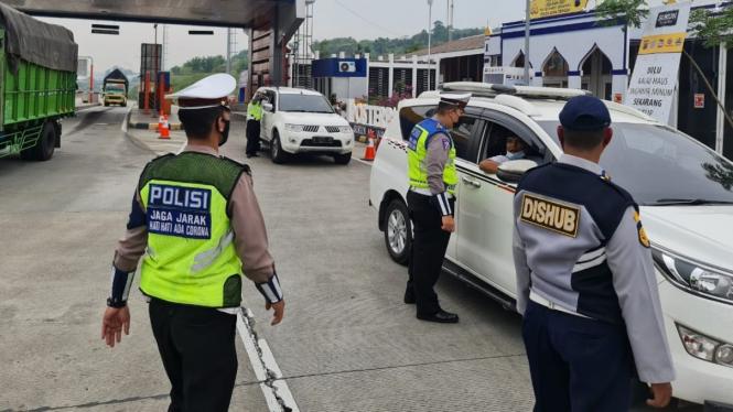 Petugas melakukan penyekatan terhadap pemudik yang pakai mobil.