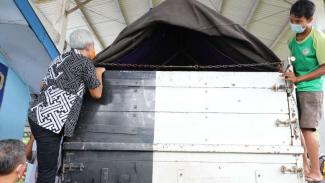 Aksi Gubernur Jateng Ganjar Pranowo manjat truk cek pemudik.