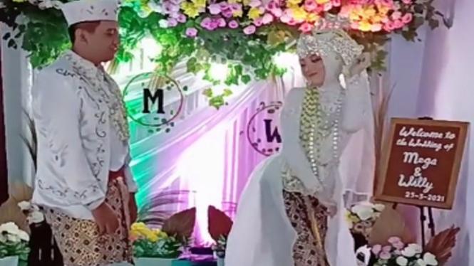Pengantin pria menyaksikan istrinya joget TikTok (Foto/TikTok/mega300416)
