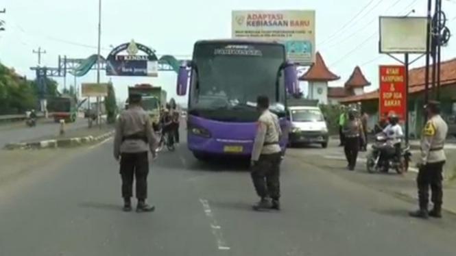 Bus pariwisata disekat petugas karena angkut pemudik.