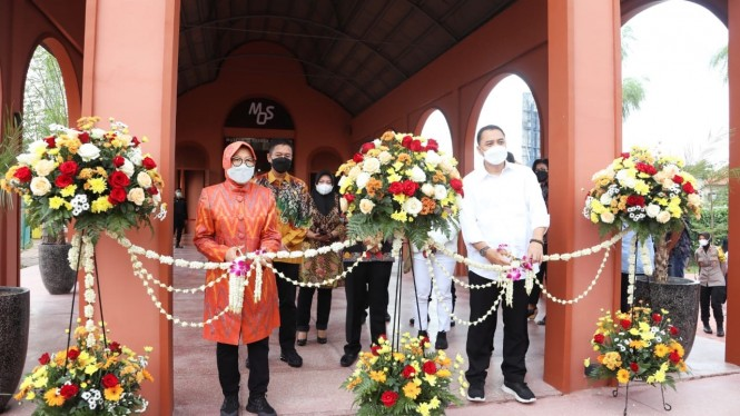 Mensos Risma bersama Walikota Surabaya Eri CahyadiI saat meresmikan Museum Olahraga dan Rehabilitasi Gelora Pancasila di Jalan Padmosusastro No.12, Surabaya, Sabtu (8/5/2021).
