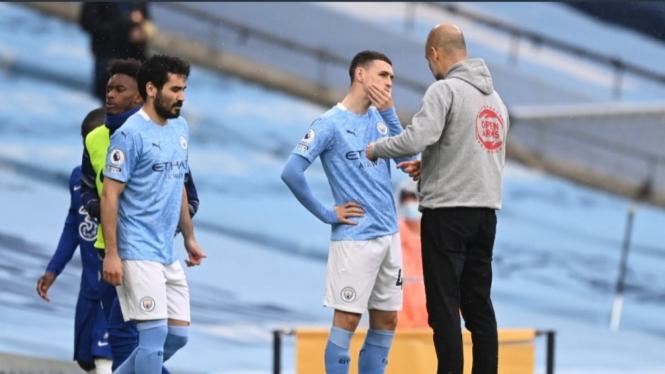 Manajer Manchester City, Pep Guardiola, sedang memberikan instruksi anak asuhnya