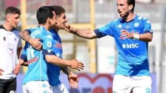 Pemain Napoli rayakan gol.