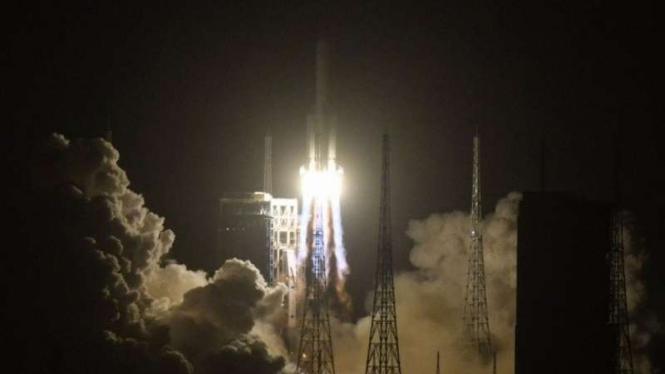 Roket Long March-5, yang bawa wahana antariksa Chang'e-5, meluncur dari Wenchang