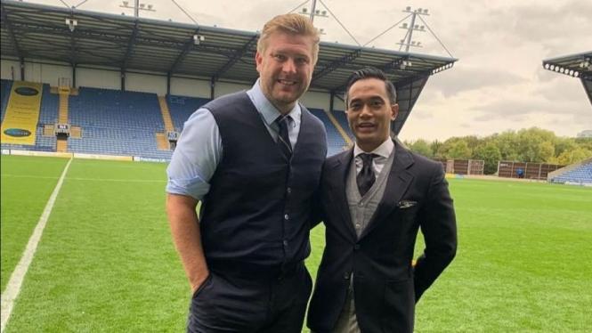 Manajer Oxford United, Karl Robinson, bersama Anindya Bakrie.