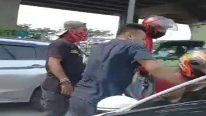 Aksi mata elang debt collector mengepung mobil yang dikendarai Serda Nurhadi