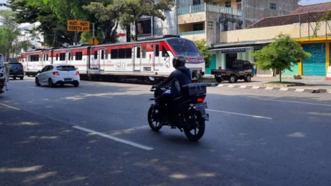 KA Batara Kresna saat melintas di Jalan Slamet Riyadi, Solo.